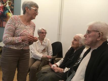 Françoise Vincent bavarde avec le public