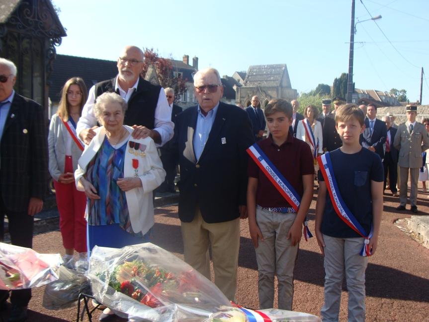 Commémoration de la Libération de Senlis.Ici devant la stèle des déportés, dépôt de gerbes par Christian Lucas et Jacqueline Leroy, les deux survivants des 70 Résistans de Senlis (photo GU)